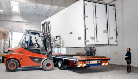 Carico cassa frigo isotermica per trasporto in Olanda
