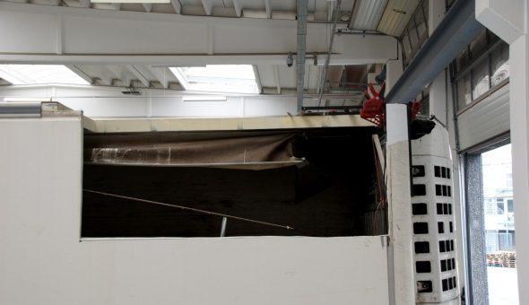 Riparazione angolo posteriore tetto furgone taglio pannello