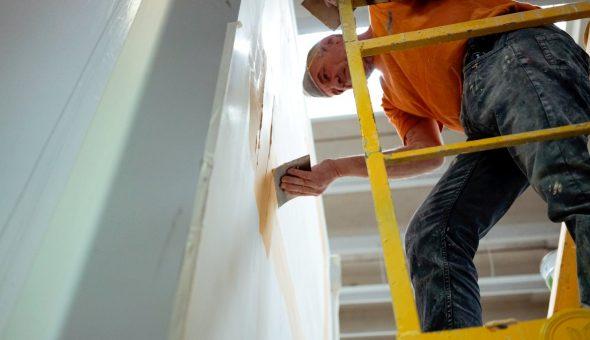 Riparazione dettaglio stuccatura parete furgone
