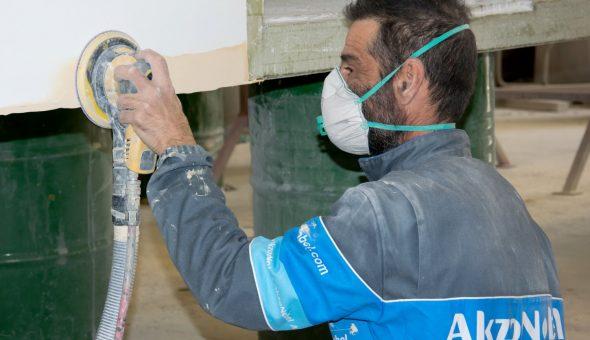 Riparazione dettaglio levigatura parete furgone